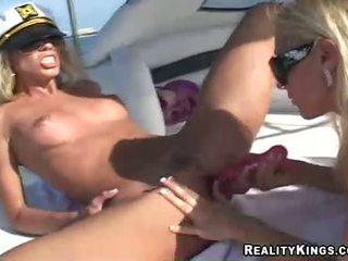 Donne marlie moore e amico enjoys un giocattolo fake pene azione outdoors