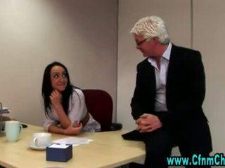 섹시한 옷을 입은 여성의 벌거 벗은 남성 사무실 아기 비디오