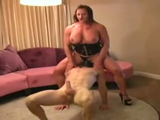 Female bodybuilder dominates mann und gives ihm blowjob