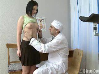Gynecologist spreads مراهقون الساقين في كرسي
