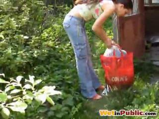 Estrada mamalhuda miúda urinated a si mesma