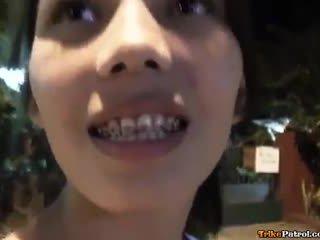 Draguta tineri asiatic cu bretele inpulit și creampied de turist