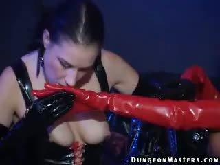 Sensuous 女同志 奴隸 hilbel gets 膠乳 手套 licked 和