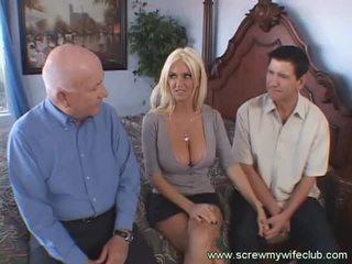 Busty blondýnka manželka screwed doggy styl zatímco nadržený manžel watches
