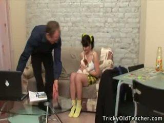 Збуджена старий вчитель seducing the підліток virgin ціпонька.