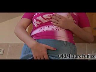 Nxehtë bjonde më të vjetër gra me i madh gjinj masturbim video