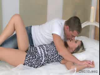 Gjoksmadhe bjonde mami licked dhe fucked në dhomë gjumi