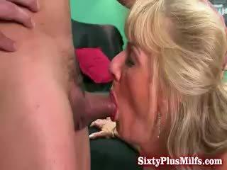 おばあちゃん blows と gets アナル セックス