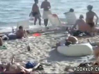 Nghiệp dư blowjob trong công khai bãi biển