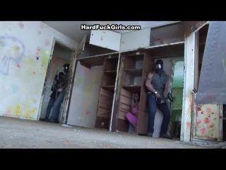 Người phụ nữ bắt và fucked lược trong an abandoned nhà