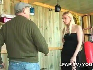 Blonde francaise sodomisee dans un plan a trois avec Papy