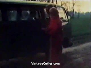 Ekscentriskas meitene fingered uz a automašīna