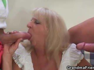 Blond granny sisse kuum kolmekesi orgia