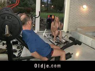 Oldje: gammal dude gets tur med en sexig blondin baben.