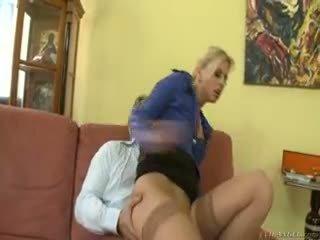 Het blondin jessie volt rides gammal guy på soffan och eats cum