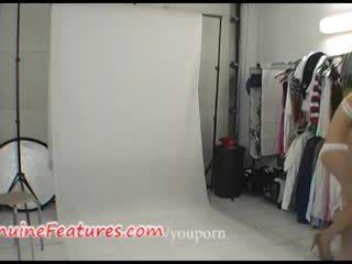 Aizkulises photoshoot uz karstās lateks kleita