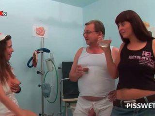 Gynecologist e sua enfermeira a beber cada outros quente piss