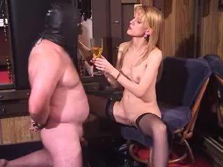 Nerātnas blondīne mammīte dominatrix dīvainas femdom piss dzerošas