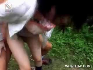 Fragile aasialaiset koulutyttö getting brutally perseestä ulkona