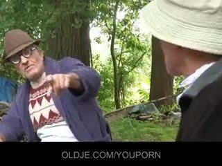 Starý farts pleasing nadržený kuřátko v the woods