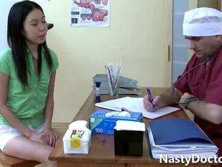 الآسيوية في سن المراهقة