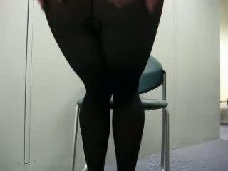 Negra pantis pajeándose