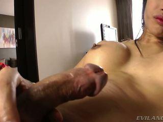 Detta kåta asiatiskapojke dampojke shows hur hon loves henne fin kuk