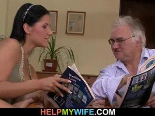 Старий чоловік watches його дружина getting banged