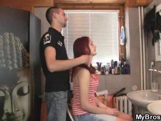 Slutty czerwony głowa nastolatka suka zdradzające jej boyfriend przez jego przyjaciel