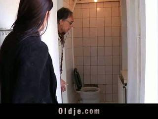 Oldje: 年輕 青少年 tries 她的 第一 老 男人