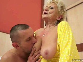 Με πλούσιο στήθος γιαγιά gets αυτήν μαλλιαρό μουνί πατήσαμε