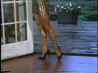 Joanne mccartney shows של שלה מדהימה רגליים שיערי ב קצר חצאית