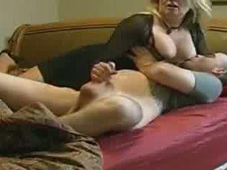 Mamma helps non suo stepson in letto