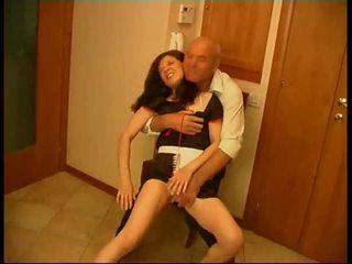 Seductive brunetė tarnaitė gets rammed iki senas fart