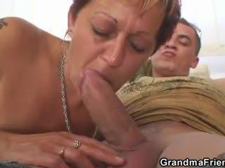 Frekk bestemor takes two dicks ved gang