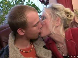Gjysh qirje me të saj i ri boyfriend