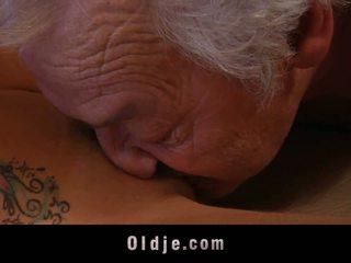 Гигантски стар мъж shagging а thin курва