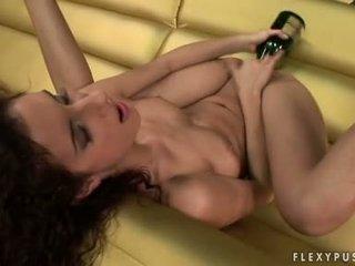 Bushy haired leanna söta stuffs henne flexy taut twat med en vin flaska