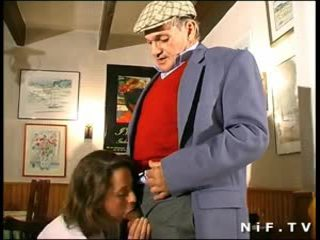 Fransuz betje eje in 3 adam with papy ýalaňaja seredýän in a restaurant