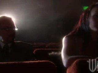 Mørk haired goes til den kino til en band invadere