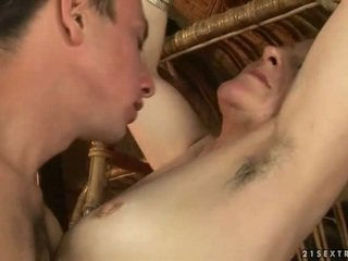 おばあちゃん と ボーイ enjoying ホット セックス