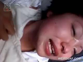 Ázijské školské naivka gets sexually zneužité v a van