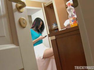 Massaging beauty makes her mesum