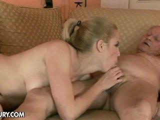 บลอนด์ ผู้หญิงสวย fucks โดย an เก่า คน
