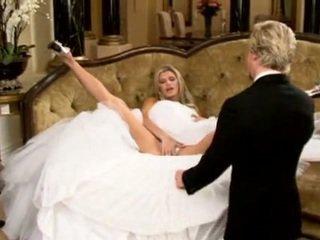 Braut im hübsch hochzeit kleid verteilen beine