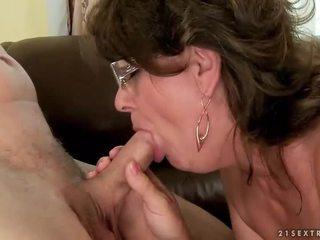 Mormor sugande och ridning ung kuk
