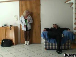 Lad picks вгору a бабуся і bangs її