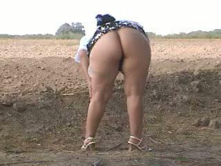 Piss 지방 바보 pee 에 거리. bebita 멕시코의 단 정치 못한 여자