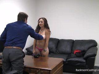 Zadná izba kásting gauč s príťažlivé bruneta
