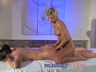 Massaaž rooms kliitor hõõruma jaoks tema orgasm koos masseuse